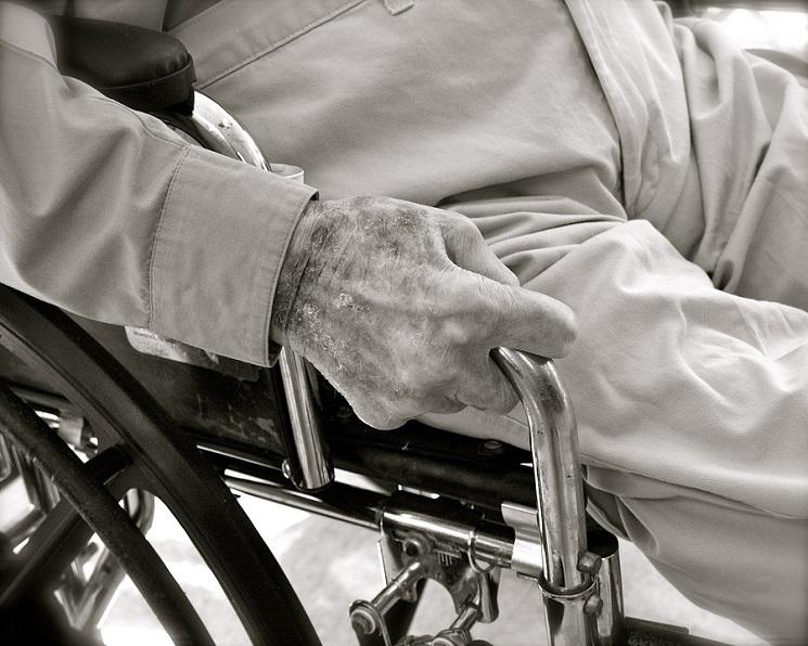 Comment faciliter le retour d'une personne âgée à son domicile après une hospitalisation