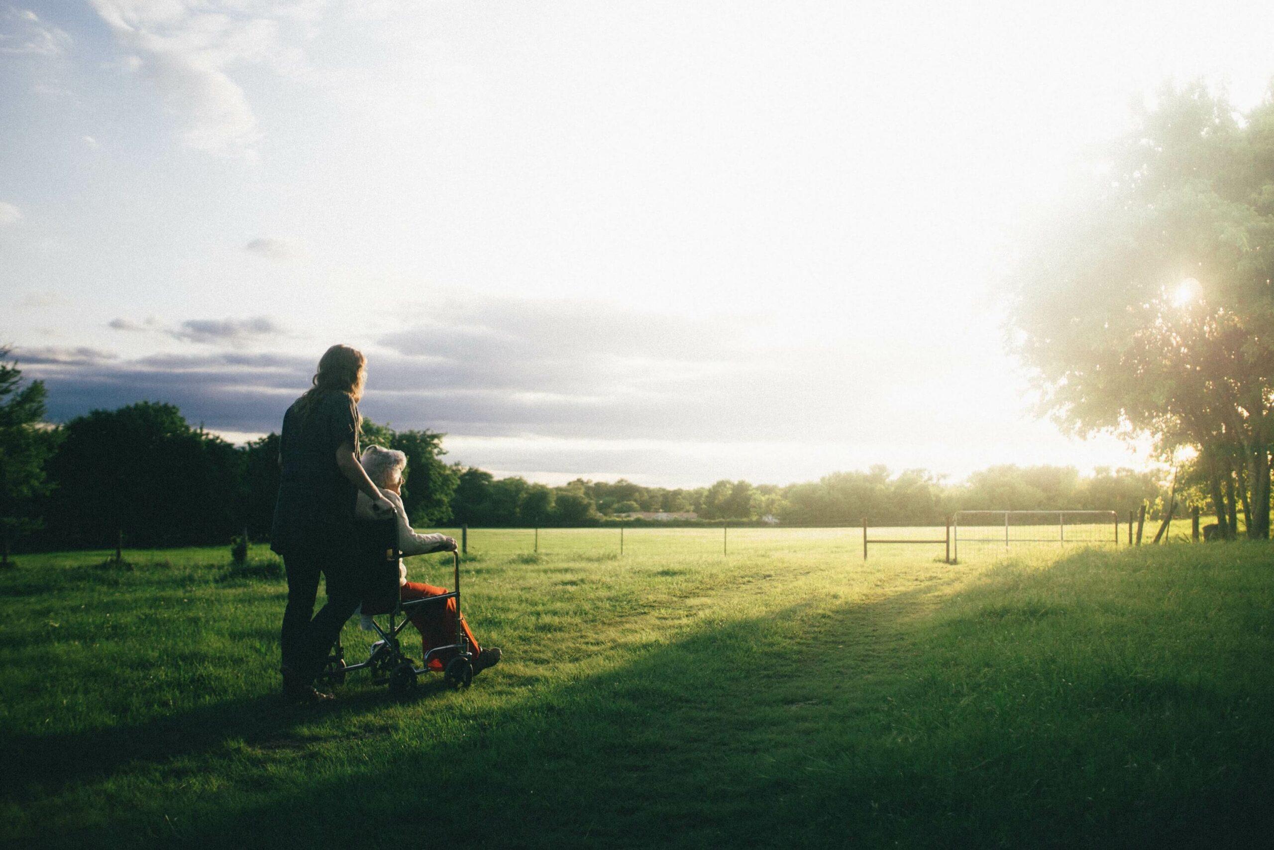 Quelles différences entre auxiliaire de vie et aide à domicile ?
